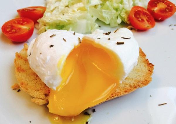 Trứng ốp cũng được dùng nhiều trong các thực đơn giảm cân không tinh bột