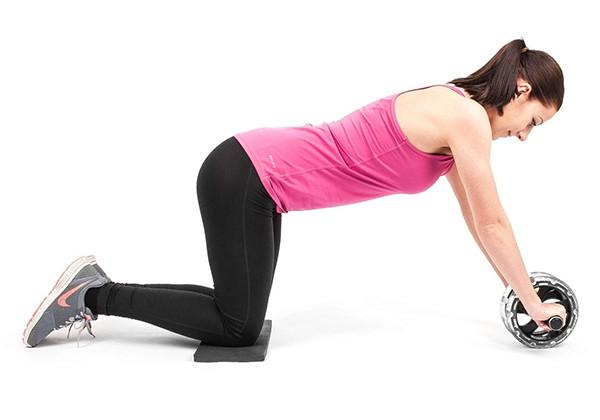 tác dụng, cách dùng con lăn tập bụng cho nữ với con lăn 4 bánh có hiệu quả không