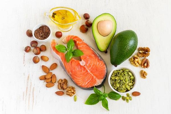 Giảm mỡ bụng không dùng thuốc sử dụng các chất béo lành mạnh được tìm thấy trong cá hồi, quả bơ, dầu oliu và cả ngũ cốc nguyên hạt