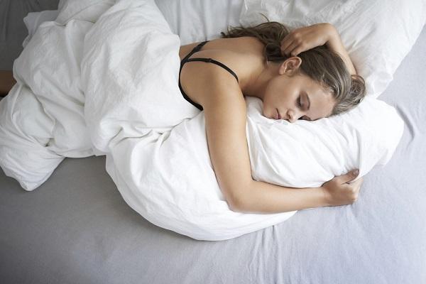 Hiệu quả không ngờ đến từ tư thế ngủ giúp giảm cân - Nằm sấp