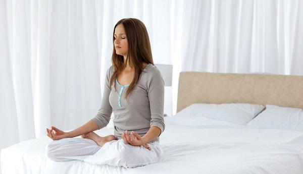 Tập thở trước khi ngủ giúp tinh thần thư thái, dễ đi vào giấc ngủ hơnlà phương cảu các tư thế ngủ giảm cân hiệu quả